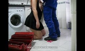 Esposa safada transando com o encanador