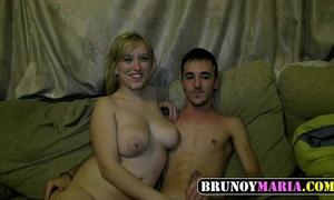 Novia jovencita tetuda echa polvazo con su novia