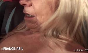 Casting anal non-professional d une grand mere prise en double penetration et fistee