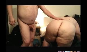 Mega gorda da una tremenda mamada, se la cogen y hasta la mano le meten