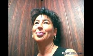 Mature brunette hair bitch engulf on hard 10-Pounder